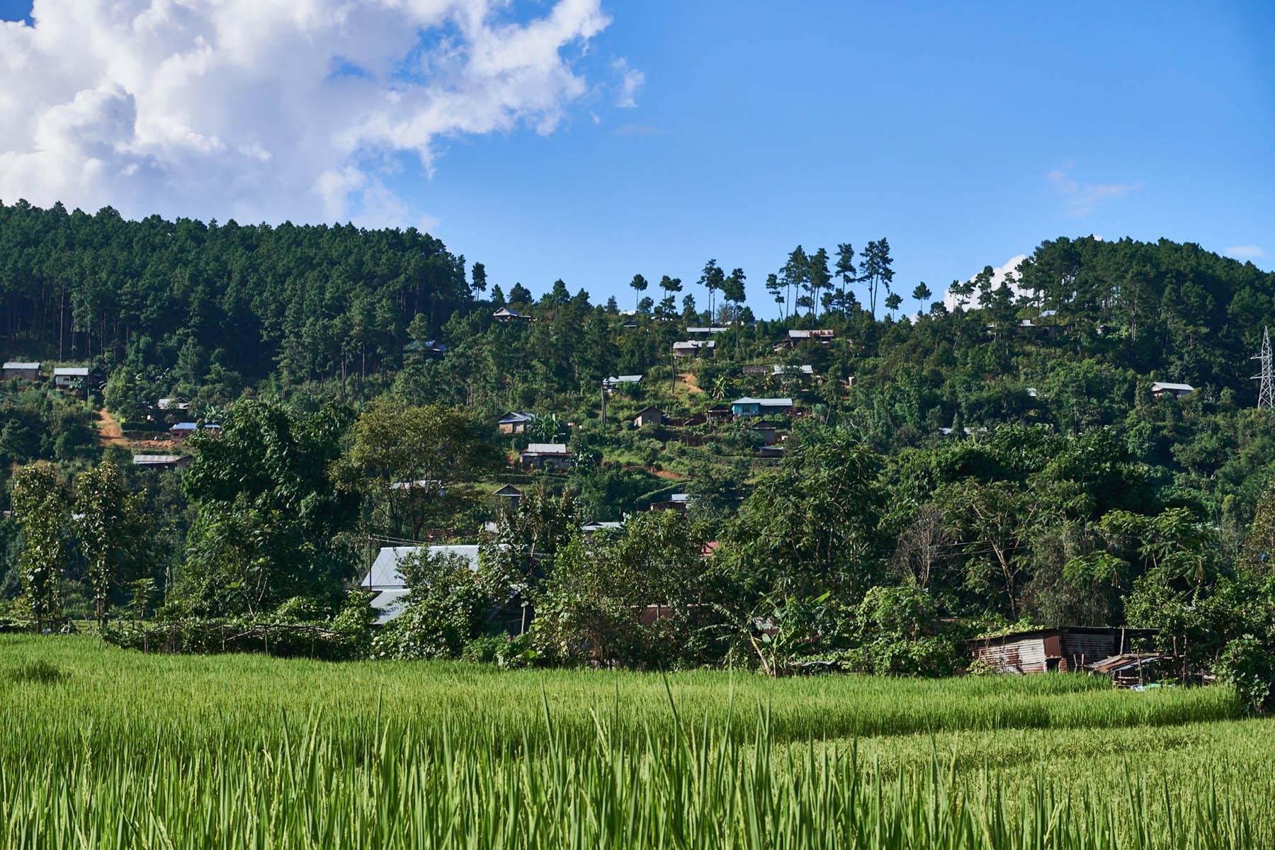 Interesująca osada na zboczu wzgórza